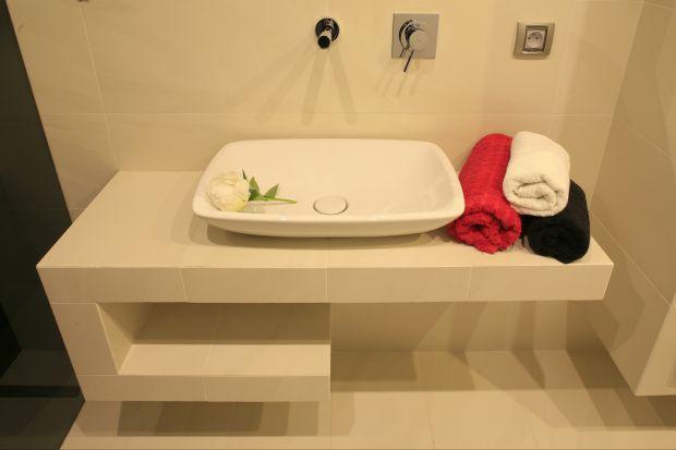 Zaplanowana z myślą o o gościach, ale pozostająca także do dyspozycji domowników, łazienka na parterze urządzona została nowocześnie.
