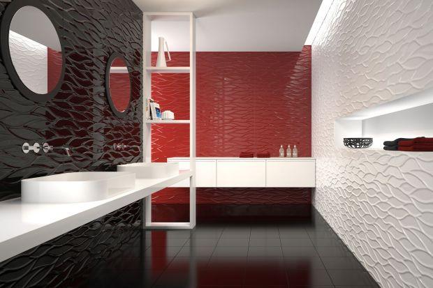 Tradycyjną okładziną na podłogi w łazience są płytki ceramiczne – to materiał zarówno trwały, jak i odporny na działanie wody. Sposób układania, kolorystyka i wzory na płytkach decydują o charakterze aranżacji