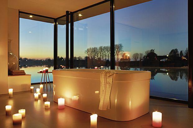 Prawdziwy relaks i odprężenie w romantycznym stylu podkreśli blask świec lub klimatyczny biokominek. Dzięki wyjątkowym dodatkom domowa łazienka stanie się królestwem relaksuw stylu SPA.