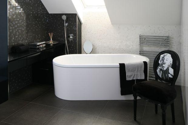 Tylko wtajemniczeni wiedzą, że łazienka przy sypialni państwa domu jest jednocześnie garderobą. To wnętrze luksusowe i eleganckie - w bieli i czerni - z fotosem Marilyn Monroe.