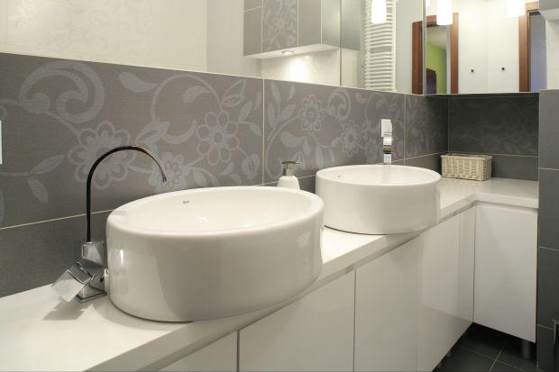 Kwiatowe wzory to popularny i modny motyw dekoracyjny. Tak jak klasyczna kratka czy eleganckie grochy jest uniwersalny. Ozdobi łazienkę dla dziewczynki, pani domu a także toaletę dla gości.