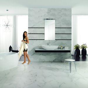Wyglądają jak prawdziwy marmur Carrara – płytki ceramiczne o tej samej nazwie marki Opoczno. Fot. Opoczno