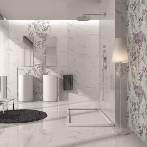 Płytki a la biały marmur – w kolekcji Statuario firmy Ibero są też kwiaowe dekory. Fot. Ibero