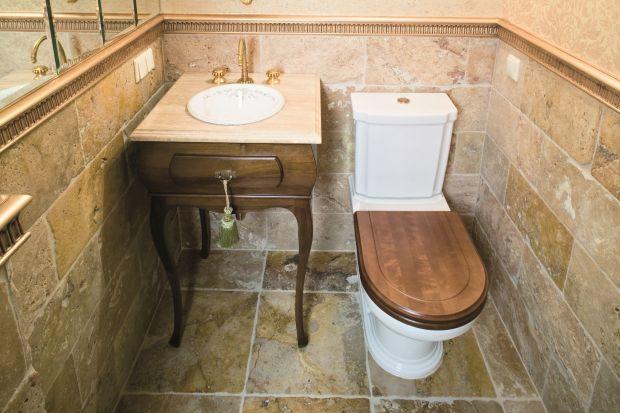 Stylizacja na barok z początku XVIII wieku oczarowuje precyzją detali, godną starofrancuskich pałaców. W toalecie dla gości przywołano atmosferę czasów królowej Francji Marii Leszczyńskiej.