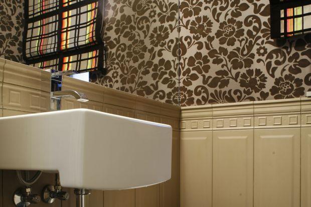 Toaleta w klimatycznym budynku z 1905 roku posiadabardzo śmiałe i odważne połączenia – nie tylko materiałów i wzorów, ale też stylów i estetyk różnych epok.