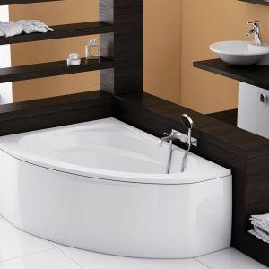 Aquaform Cordoba to asymetryczna wanna, wokół której znajdują się praktyczne półki na akcesoria kąpielowe i kosmetyki. Fot. Aquaform