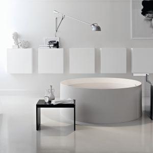 W łazience wzrok przyciąga elegancka kolekcja Toscoquattro Concerto oraz wolno stojąca wanna z wygodnym stołeczkiem na drobiazgi. Fot. Toscoquattro