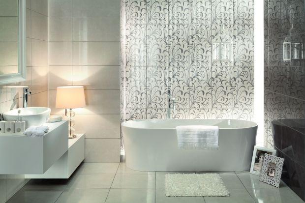 Wnętrze łazienki może być urządzone zarazem skromnie, ale bardzo nowocześnie – wystarczy, że natło wyposażenia wybierzemy płytki ceramiczne z wysokim połyskiem.