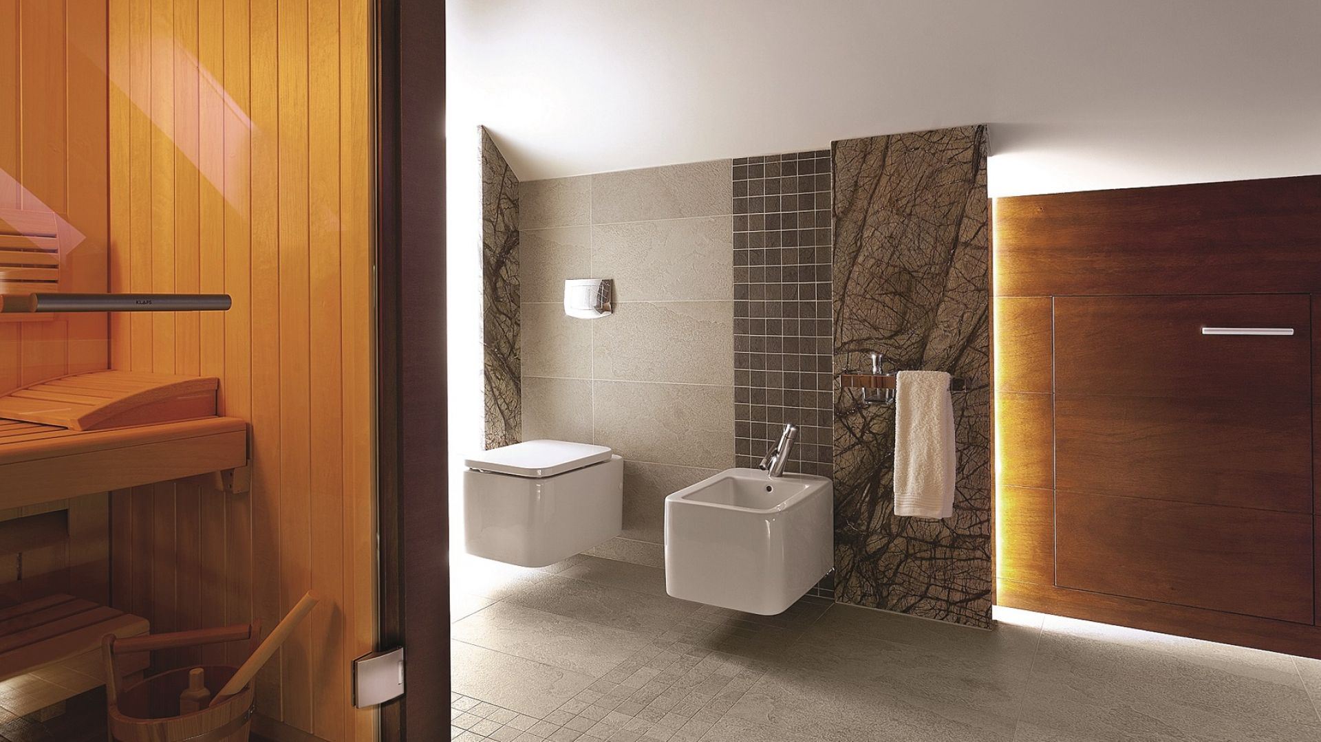 Żyłowania kamienia przypominają bezlistne korony drzew. Oryginalną kolorystykę marmuru Forest Brown z katalogu firmy RR Granity eksponuje zestawienie z drewnem. Fot. RR Granity