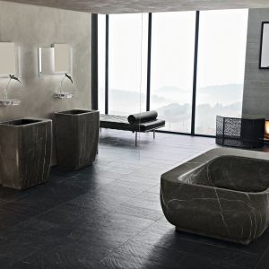 Kamienne umywalki oraz wanna – kolekcja Chorus firmy Toscoquattro. Fot. Toscoquattro