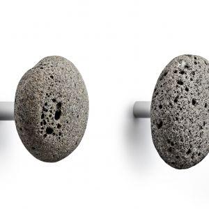 Z islandzkiej, porowatej skały – wieszaki Stone firmy Normann Copenhagen. Fot.  Normann Copenhagen