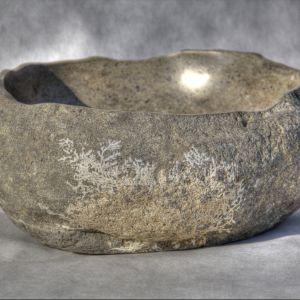 Unikalna umywalka z kamienia rzecznego, na której bokach roślina nie zdążyła przekształcić  się w kamień - z kolekcji firmy Lux4home. Fot. Lux4home