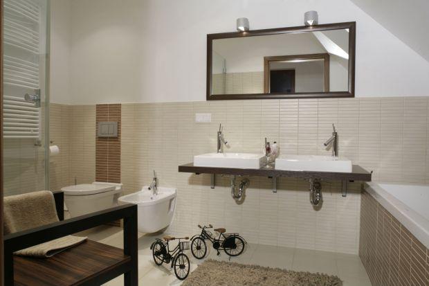 Komfortowy salon kąpielowy na poddaszu zaprojektowany został z myślą o małżeństwie w średnim wieku. Stonowana kolorystyka i nowoczesne wyposażenie pozwala się tu w pełni zrelaksować.