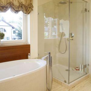 Salon kąpielowy dla dwojga oferuje wygodną wannę oraz praktyczny prysznic. Fot. Monika Filipiuk-Obałek