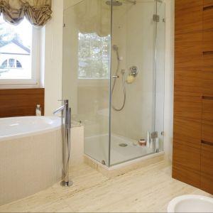 Elegancki salon kąpielowy zachwyca ciepłą i przytulną kolorystyką naturalnych materiałów. Fot. Monika Filipiuk-Obałek