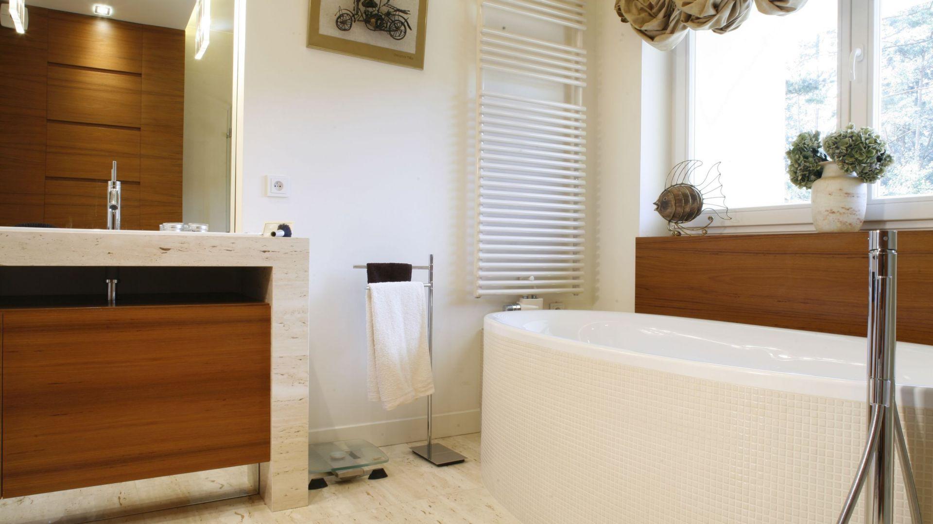 Łazienka dla dwojga została wyposażona w wygodną wannę z baterią podłogową Axor Starck firmy Hansgrohe. Fot. Monika Filipiuk-Obałek