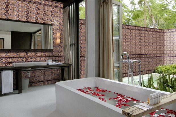 Kąpiel z widokami na ożywczą zieleń – to dopełnienie relaksu po ciężkim dniu. Bliskość natury można poczuć też we wnętrzu łazienki – wystarczą doniczki kwiatów, ozdobne drzewko czy rozsypane płatki r&oacu