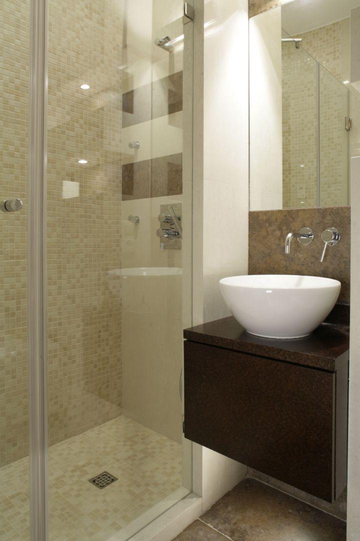 W niewielkim pomieszczeniu udało się wygospodarować wygodną wnękę kąpielową. Bateria prysznicowa marki Gessi. Fot. Bartosz Jarosz