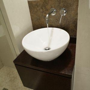 Elegancka, biała misa umywalki przyciąga wzrok w małej łazience dla gości. Fot. Bartosz Jarosz