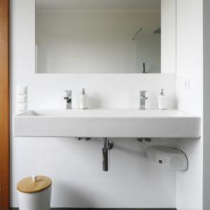 Z łazienki przy sypialni korzystają pani i pan domu, dlatego znalazła się tu szeroka umywalka (Villeroy&Boch) z miejscem na dwie baterie (Steinberg). Fot. Bartosz Jarosz