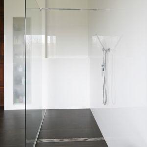 Odprowadzenie wody dostarczonej przez deszczownicę oraz baterię prysznicową (Steinberg) zapewnia odpływ liniowy umieszczony w posadzce. Fot. Bartosz Jarosz