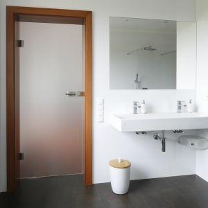 Do łazienki pani i pana domu wchodzi się bezpośrednio z sypialni, dlatego oddzielające te pomieszczenia drzwi można było wykonać ze szkła. Fot. Bartosz Jarosz