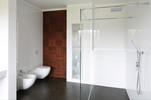 Surowe i sterylne, minimalistyczne wnętrze może służyć przez lata, opierając się zmienności mody i upływowi czasu. Ale uwaga! To styl dla pewnych i zdecydowanych.