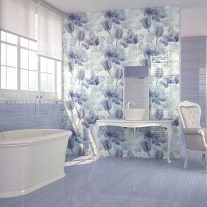 W kolekcji Azulejos Alcor Berna można znaleźć płytki w niebieskie, kwiatowe dekory. Fot. Azulejos Alcor