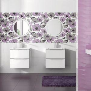 W strefie umywalki zachwycają kwiaty nadrukowane na płytkach z kolekcji Mistral Grespania. Fot. Grespania