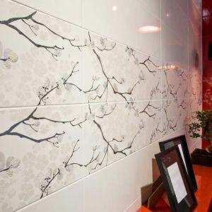 Na ścianie zachwycają japońskie kwiatowe motywy - to dekory płytek z kolekcji Tokyo Grespania. Fot. Grespania