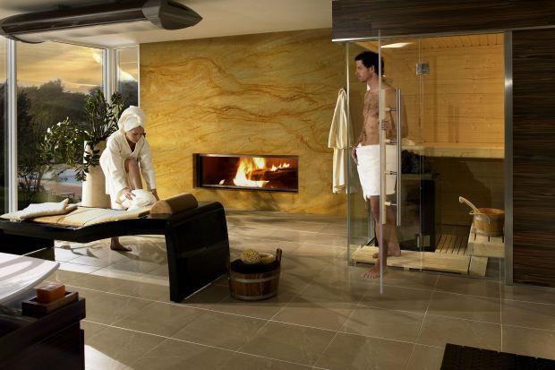 W niemieckich i austriackich aquaparkach specjalni odźwierni często pilnują, by przed wejściem do sauny zdjąć z siebie absolutnie wszystko. Jak zachowywać się w saunie na wakacjach?