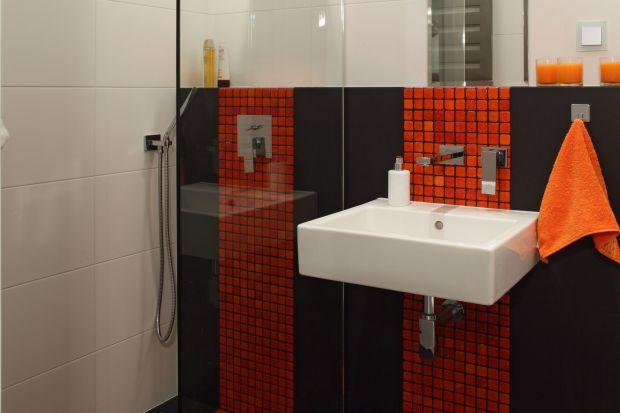 Kolorowe pasy mozaiki, prowadzące pod prysznic i przed lustro, nie tylko podkreślają podział przestrzeni, ale stanowią doskonały przykład na to, że mała łazienka może być atrakcyjna wizualnie i funkcjonalna.
