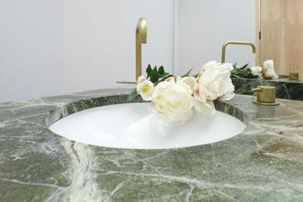 Łazienka dla gości z pięknym marmurem – tak można wykorzystać kamień naturalny