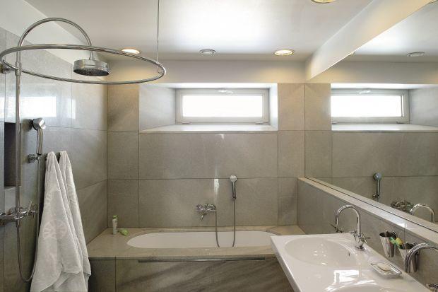 Aranżację łazienki wyznaczył kompromis między życzeniami gospodarzy a niewielkimi rozmiarami pomieszczenia. Na 5 m² miały znaleźć się wygodna wanna, kabina prysznicowa, dwie umywalki.