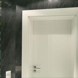 Z ciemną zielenią mozaiki łazience przy sypialni skontrastowano białe drzwi. Fot. Bartosz Jarosz