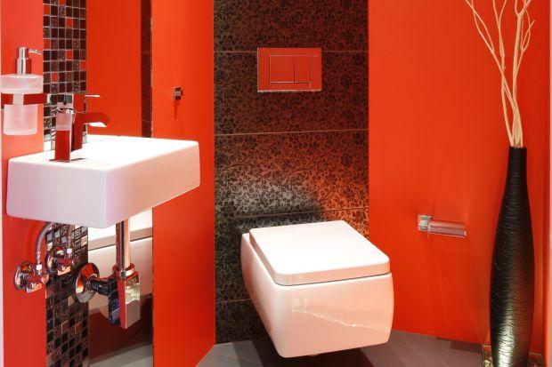 Czerwone tło robi wrażenie. Kolor malowanych ścian odpowiada gorącej atmosferze wieczornej zabawy, a wystrój łazienki dla gości nawiązuje do stylistyki klubowych wnętrz.