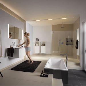 W łazience z wyposażeniem z serii Kaldewei Xetis Puro Duo położono ciepły, puszysty dywanik. Fot. Kaldewei