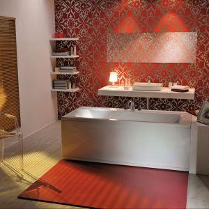 Tuż przy wannie z kolekcji Linea Poolspa położono praktyczny, czerwony dywanik. Fot. PoolSpa