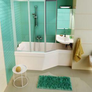 Wanna marki Ravak BeHappy została wyeksponowana na tle pięknej zieleni ścian. Pod kolor dopasowano też puszysty dywanik. Fot. Ravak