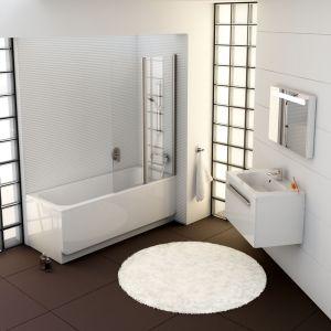 Ravak Chrome to wanna, która świetnie komponuje się z bielą łazienki. Kolorystyczny kontrast jest widoczny w okładzinie podłogi. Fot. Ravak