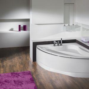 Wanna symetryczna Sanplast WS-lx-kpl-AVII/EX została skontrastowaną z kobiecym fioletem puszystego dywaniku. Fot. Sanplast