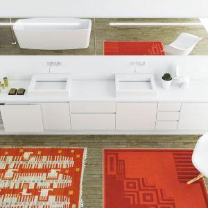 Białą kolekcję marki Moma Design Mobile Lounge 73 Slide podkreśla oryginalna dekoracja - dywaniki w kontrastującym, czerwonym kolorze. Fot. Moma Design