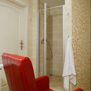 Wygodny czerwony fotel ustawiony przy wannie sprzyja atmosferze relaksu. Fot. Bartosz Jarosz