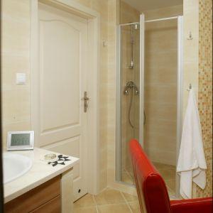 Tuż przy wejściu ulokowana jest wnęka, pełniąca rolę kabiny prysznicowej. Prowadzą do niej uchylne, szklane drzwi. Fot. Bartosz Jarosz