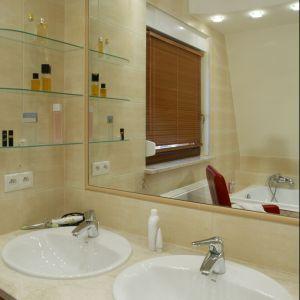 Dwie wygodne umywalki pozwalają na komfortowe korzystanie z łazienki dwóm osobom. Fot. Bartosz Jarosz