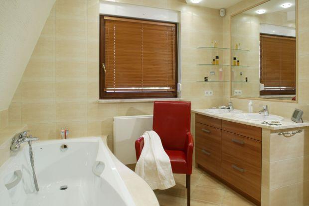 Ile czasu można spędzić w łazience? Całkiem sporo, zwłaszcza, jeżeli można się w niej nie tylko odświeżyć, ale odpocząć i zregenerować siły. A gdyprzyjdzie ochota, nawet rozmarzyć w ulubionym czerwonym fotelu.