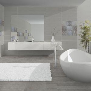 Na tle jasnych płytek marki Azteca Armony R90 doskonale prezentują się białe dekoracje łazienki. Fot. Azteca