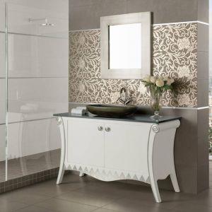 Gustowna łazienka w bieli zachwyca płytkami ściennymi z kolekcji Folkstone Grespania. Fot. Grespania