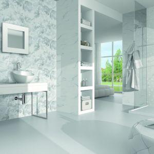 Jasne płytki łazienki w bieli pochodzą z kolekcji marki Ibero Porcelanico Statuario Sound. Fot. Ibero Porcelanico