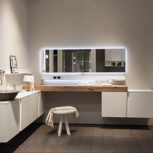 Białe meble z kolekcji marki Scavolini Lagu oraz dodatki w tym samym kolorze dodają łazience lekkości. Fot., Scavolini